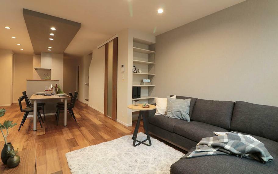 居間・リビング 施工例■LDKは、ダイニングセットや、ソファーもゆったり配置できます。また、スタディースペースを設けることで家族が集まる空間になりました。