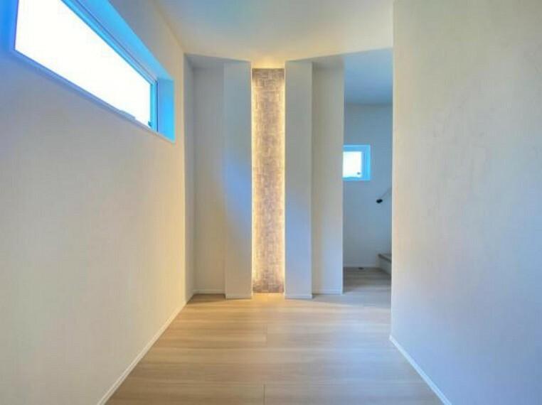 玄関 (廊下)玄関入り正面にはエコカラットを使用したライト付き!建売でこんなにお洒落な玄関は本当にレアです!湿度のコントロール・ニオイの吸着と玄関に持ってこいの機能性も魅力!!