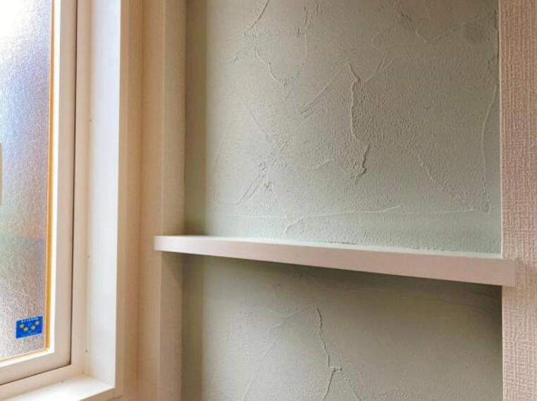 リビングダイニング (リビング)味のある塗り壁!ビニールクロスと比べて耐久性も高く、温度や湿度の調整も可能〇