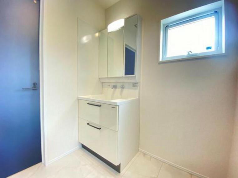 洗面化粧台 (洗面台)ハイバックカウンターで水栓の根本に水が溜まりません!スライド式の収納なので奥に入れたものも取り出しやすくなっております^^