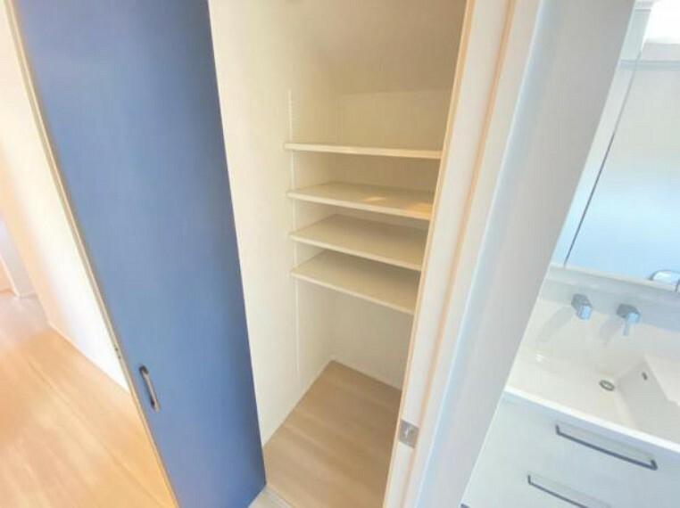 収納 (収納)洗面所を出てすぐ隣に可動棚付きの収納があります!タオルや着替え、掃除道具などの保管にいかがでしょうか?