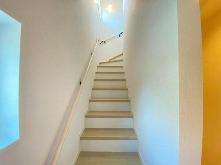 (階段)手すり付きで安心!是非一度見学してみてください^^