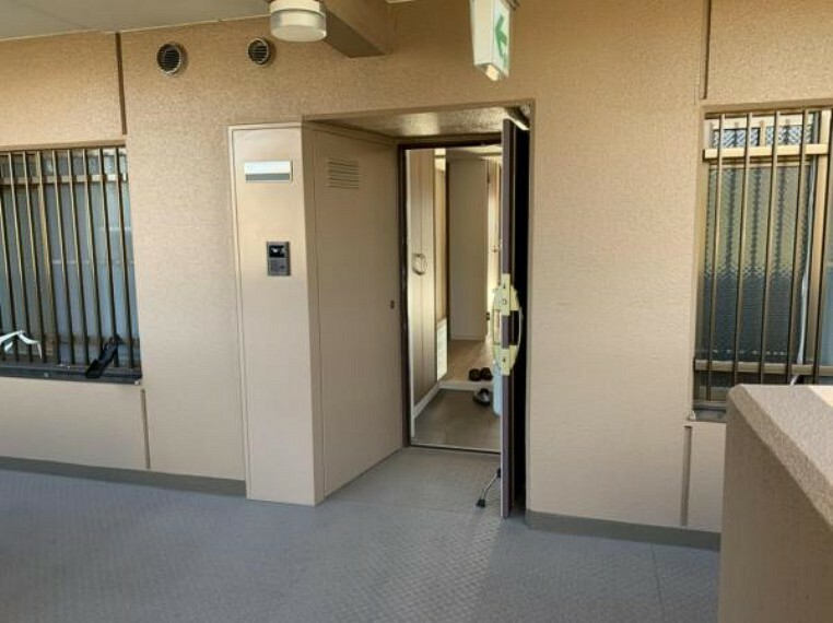 玄関 ※写真は室内改装当時のものです。