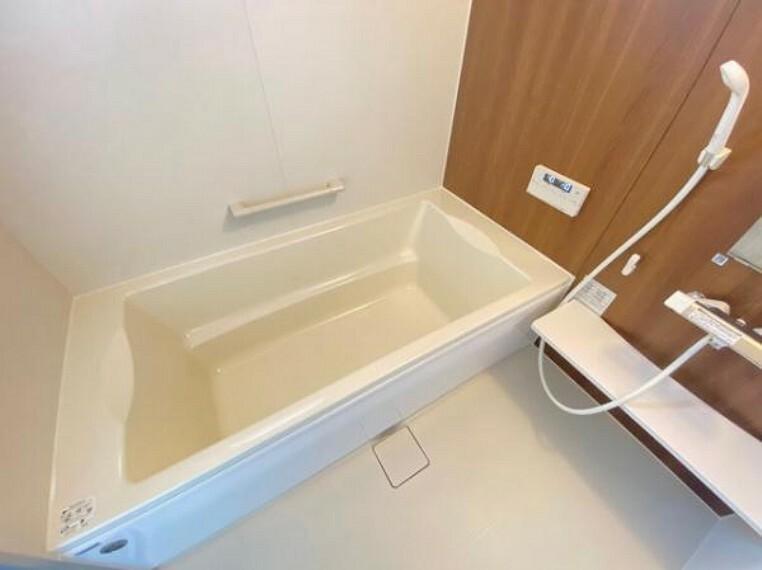 浴室 浴室には隠れた節水機能が充実!シャワーにはたくさんの空気を含んだ大粒の水は節水効果大!浴槽内にはステップがあり、出入り時の負担も軽減するスリムな形を採用