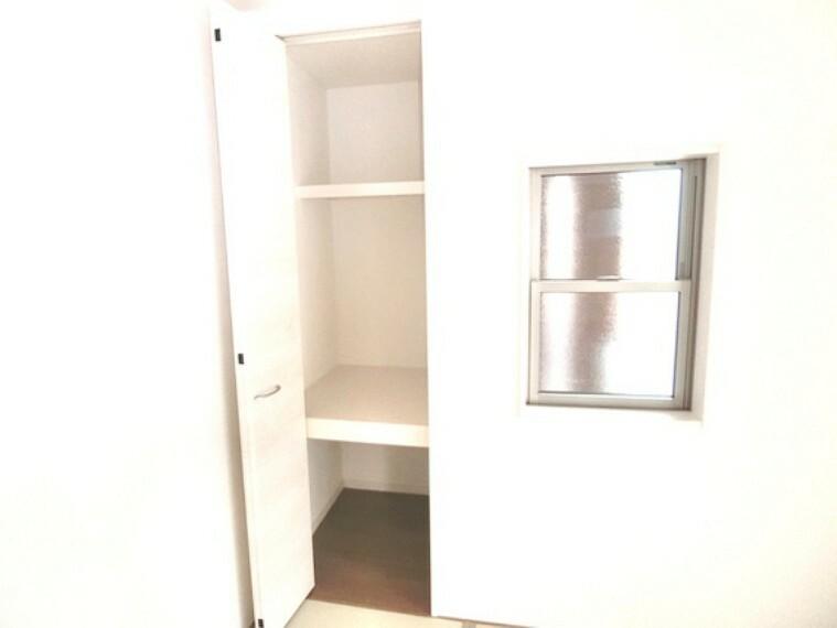 収納 お客様用の座布団もスッキリ片付く収納付。