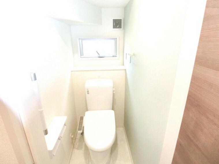 トイレ 窓から光を取り込める明るいトイレ。