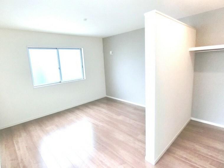 寝室 約8.5帖の洋室は、広さに加えて豊富な収納スペースも確保。