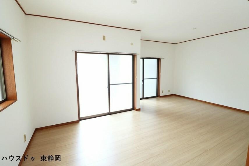 居間・リビング 明るい色のフローリングのためお部屋も明るい印象になりますね。