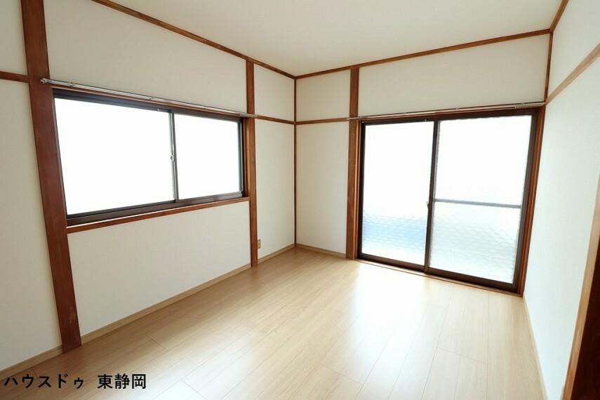 洋室 南東側6帖洋室。バルコニーに面した大きな窓があるため、室内に明るい光が差し込みます。
