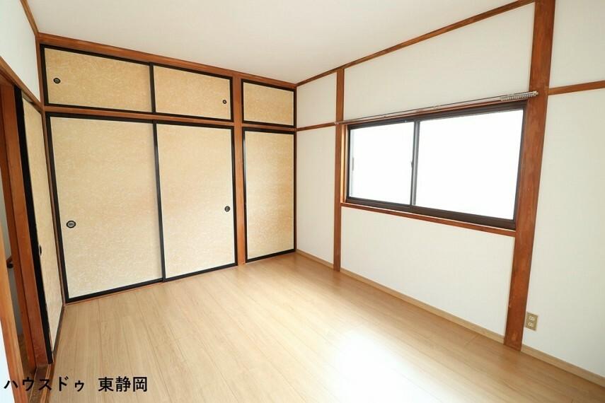 洋室 南東側6帖洋室。大きな収納が付いているのですっきりと空間を使えます。2面彩光で明るく、風通しも良好。