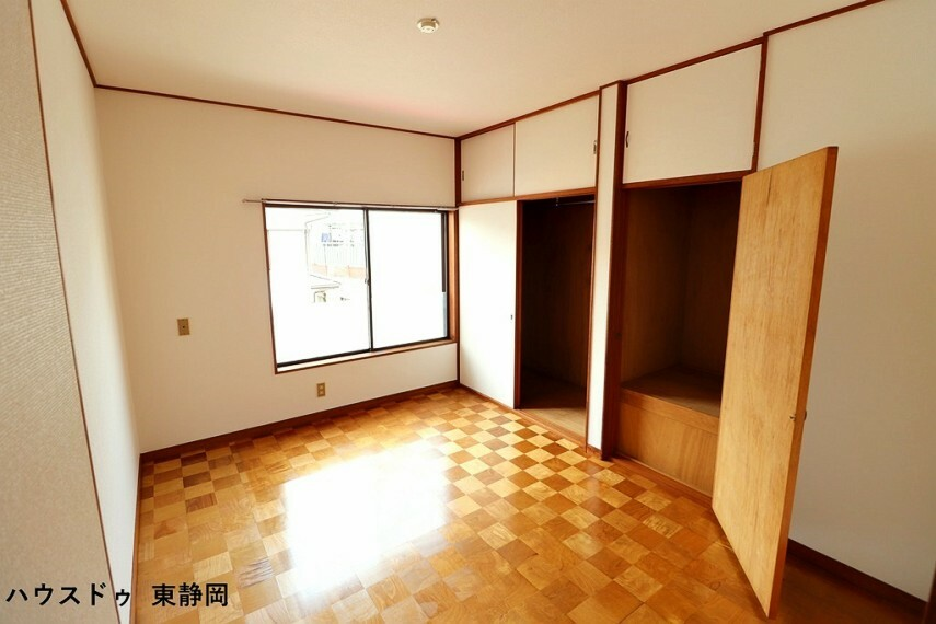 洋室 東側6帖洋室。市松模様の床が印象的な洋室。こちらもたっぷり収納があるのでお部屋がスッキリしますね