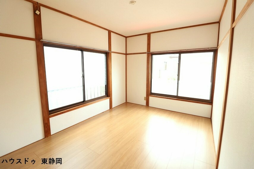洋室 西側6帖洋室。2面採光で明るい室内空間です。