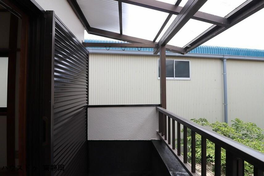 バルコニー バルコニーには屋根が付いているので、急な雨の時も安心ですね