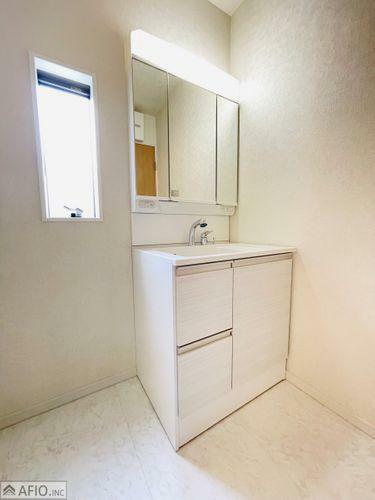 洗面化粧台 洗面室に小窓があり、カビ予防にも。