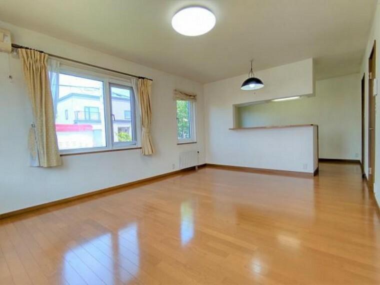 居間・リビング 【リフォーム前リビング】床ワックスがけ、照明交換、建具交換、クロスの貼替、16帖のLDKです。人気のカウンターキッチンとなっております。