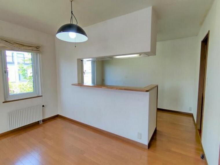 居間・リビング 【リフォーム前キッチンカウンター】木部ステンクリア塗装、吊り戸撤去して開口し解放的なキッチンになります。キッチンの後ろの壁面に吊り戸を設置致します。