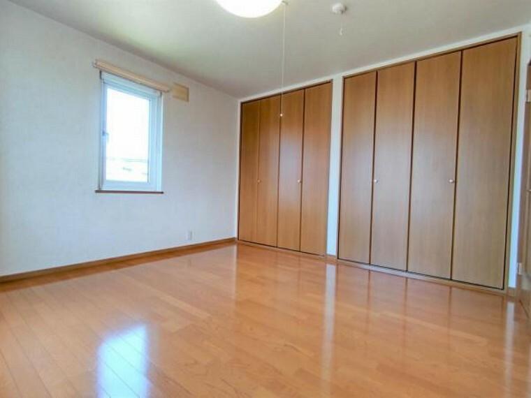 【リフォーム前8帖洋室】床ワックスがけ、照明交換、クロス貼替を行います。主寝室にいかがでしょうか。