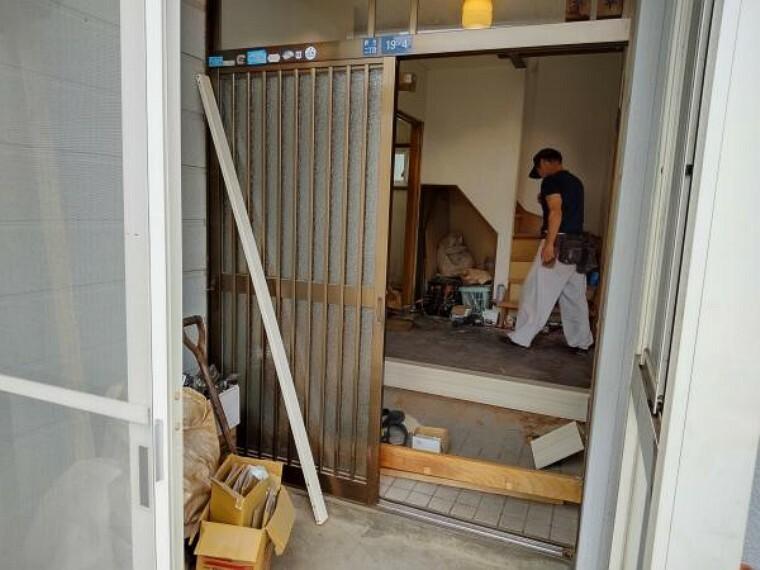 玄関 【リフォーム中】玄関の写真です。玄関ドアはシングルドアに交換します。