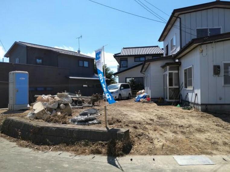 外観写真 【リフォーム中】植栽、物置等を撤去し駐車場を整備します。砕石仕上げです。