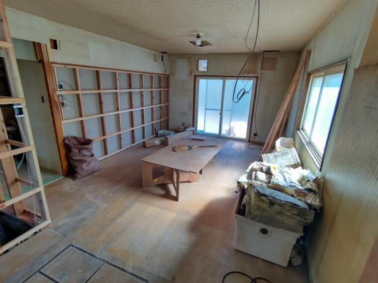 居間・リビング 【リフォーム中】キッチン側から撮影したリビングの写真です。解体作業中です。
