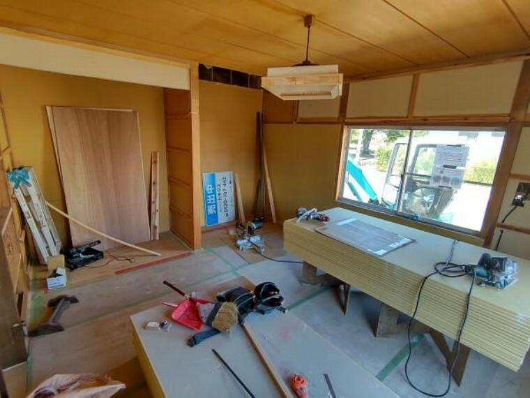 【リフォーム中】1階洋室9帖の写真です。和室から洋室へ間取変更を行っています。床にはフローリングを張りました。