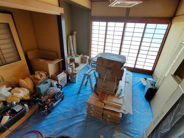 【リフォーム中】1階和室6帖の写真です。畳表替え・壁天井クロス貼り替えを行います。リビング側には壁を作って仕切り、独立した部屋にします。