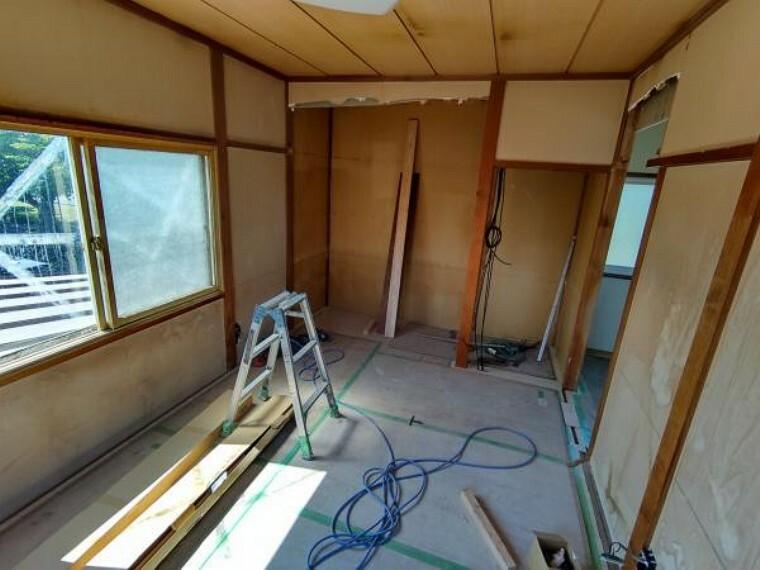 【リフォーム中】2階洋室6帖の写真です。和室から洋室へ間取変更を行います。オープンクローゼットを造作します。