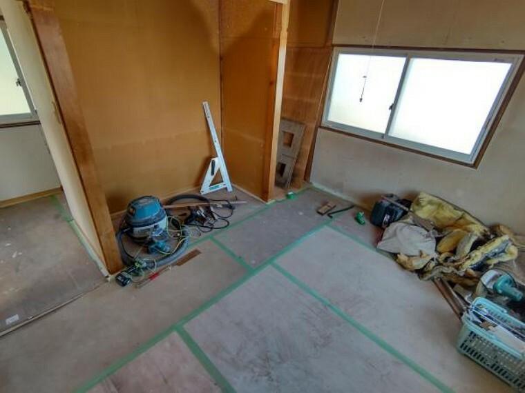 【リフォーム中】2階洋室6.5帖の写真です。床フローリング重ね張り、壁天井クロス貼り替えを行います。オープンクローゼットとワークスペースとしてデスクを造作します。