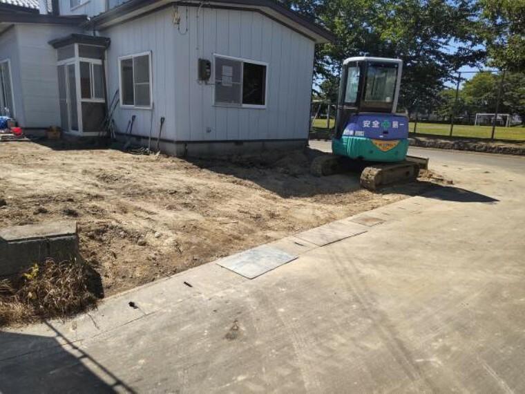 駐車場 【リフォーム中】土をすきとり、間口を広げました。駐車しやすくなりました。