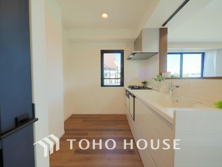 キッチン 空気がこもりやすいキッチンも小窓を設けることで、換気性もあり