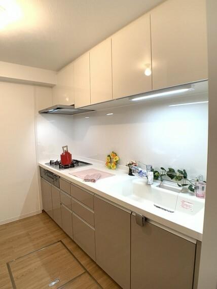 キッチン 独立タイプのキッチンでお料理に集中できそう。 水廻りへの移動がスムーズな間取りで、 家事もはかどります。