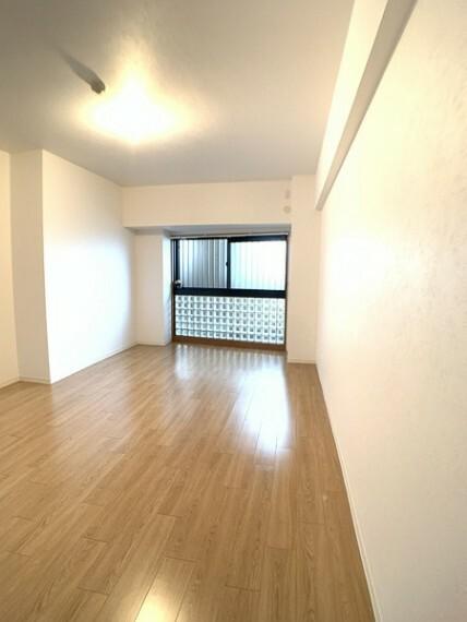 洋室 明るい11.2帖の洋室。 大きな窓がないので、 お子様のお部屋にも安心。