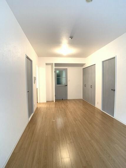 居間・リビング ご家族の会話がはずむ、開放的なLDKは14.9帖。 明るいリビングは家族のひだまり空間に。