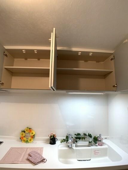 キッチン 上部にも収納スペースがあるキッチン。 お気に入りの食器もたっぷり収納できます。
