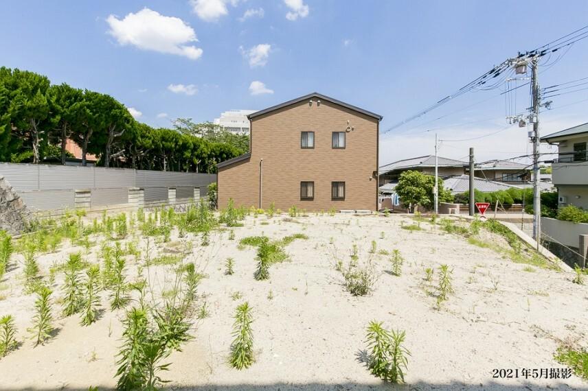 現況写真 阪急千里線「山田」駅から徒歩5分(約400m)。駅近の利便を享受する閑静な邸宅街に76坪超の1区画を販売。周囲は池や緑地、公園が点在する自然豊かな環境です。/2021年5月撮影
