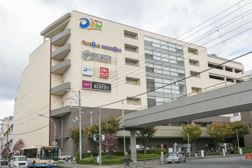 ショッピングセンター 徒歩6分(約480m)。阪急・大阪モノレール「山田」駅直結。スーパーやドラッグストア、飲食店、ファッション等が揃うショッピングセンターです。スーパーコーヨーの営業時間は9:00~22:00。