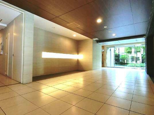 エントランスホール 重厚な雰囲気のエントラスホールがお出迎え致します。