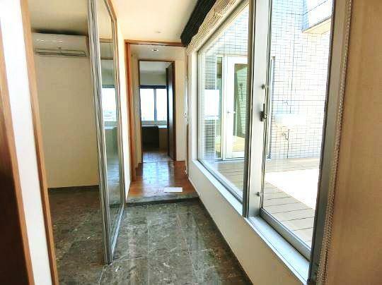 玄関 インナーテラスからの明るい陽光が差し込む開放的な玄関です。