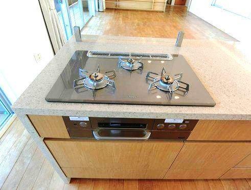 キッチン ガラストップの三つ口コンロ お手入れ楽々、お料理の効率も上がります。