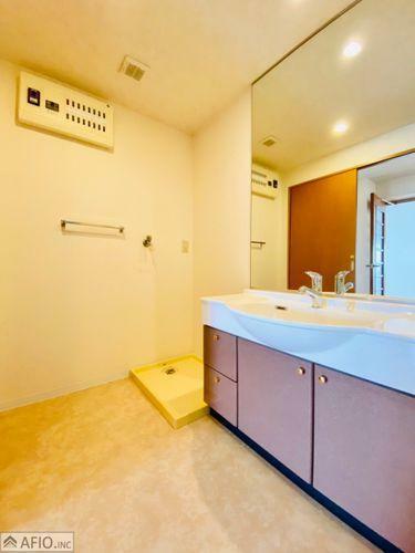 洗面化粧台 ワイドな鏡を備えた洗面化粧台。洗面ボウルが大きく、洗髪やメイク落とし・洗顔に便利です。