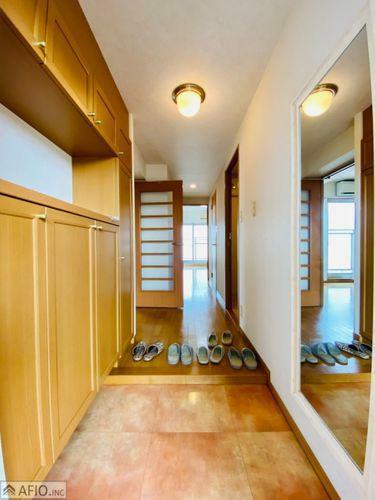 玄関 沢山の靴が収納できるシューズボックス。お出かけ前に全身チェックできる、ミラー付です。