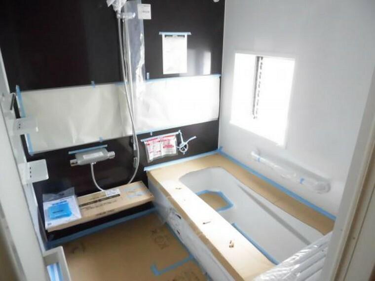 浴室 (リフォーム中8/29撮影)浴室は2階から1階に位置の変更をしました。新設したユニットバスはTOTO製で、足を伸ばせる1坪サイズの広々とした浴槽です。