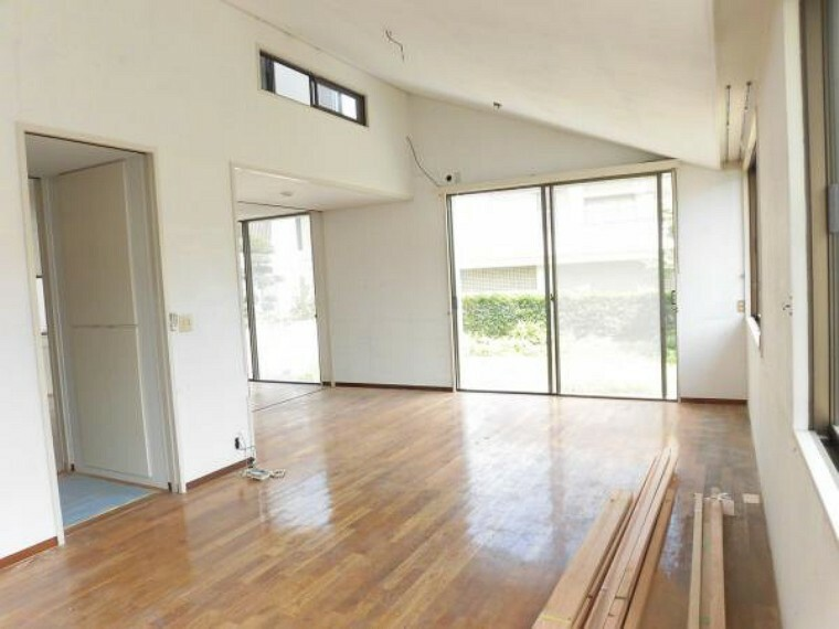 (リフォーム中8/29撮影)リビング横の洋室です。16帖の広さがあります。こちらをリビングとして使用するのもお勧めです。床はフロアータイルを重ね張りし、壁は塗装を行います。