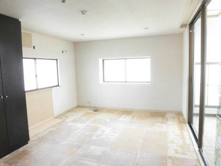 (リフォーム中8/23撮影)2階東側洋室です。壁と天井はクロスを貼替え床はフロアータイルを張ります。この部屋からインナーテラスに入れます。天気を気にせず洗濯物が干せるのはいいですね。きれいにクリーニングを行います。