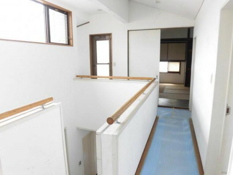 (リフォーム中8/29撮影)2階廊下です。吹き抜けの窓から日差しが入り明るい空間です。壁と天井は塗装を行います。