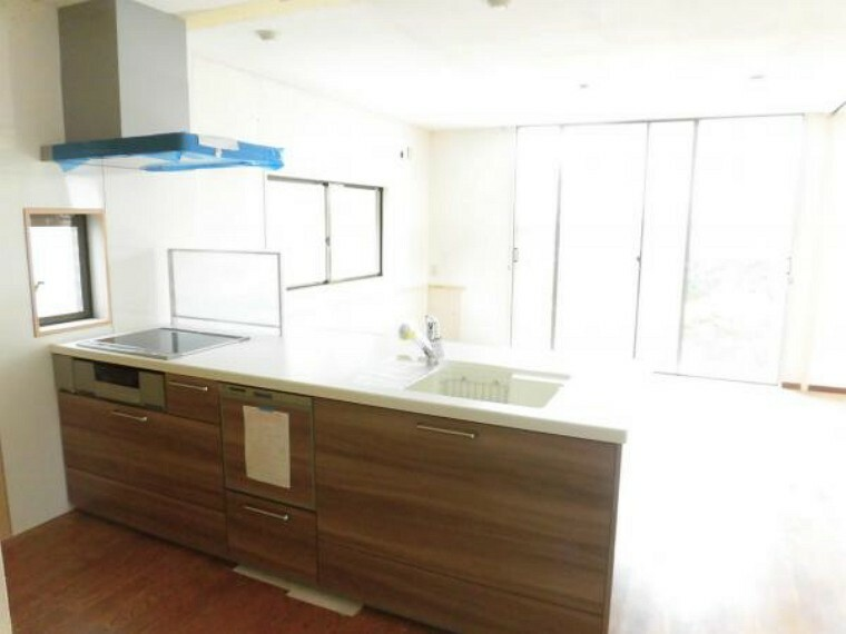 キッチン (リフォーム中9/16撮影)新品のキッチンが設置されました。家族の様子を見守りながら調理ができる対面タイプです。天板は幅広になっています。