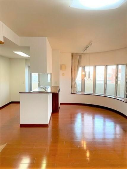 居間・リビング LDKは広々約20帖。南東L字型バルコニーに面しているので、開放感たっぷりです。
