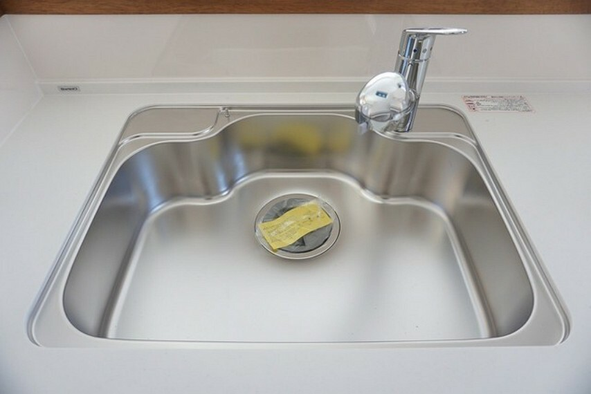 キッチン 同仕様写真。大きめの鍋も洗える使い勝手の良い異形シンク。水はねの音や食器が当たる音を大幅に軽減する静音仕様です。
