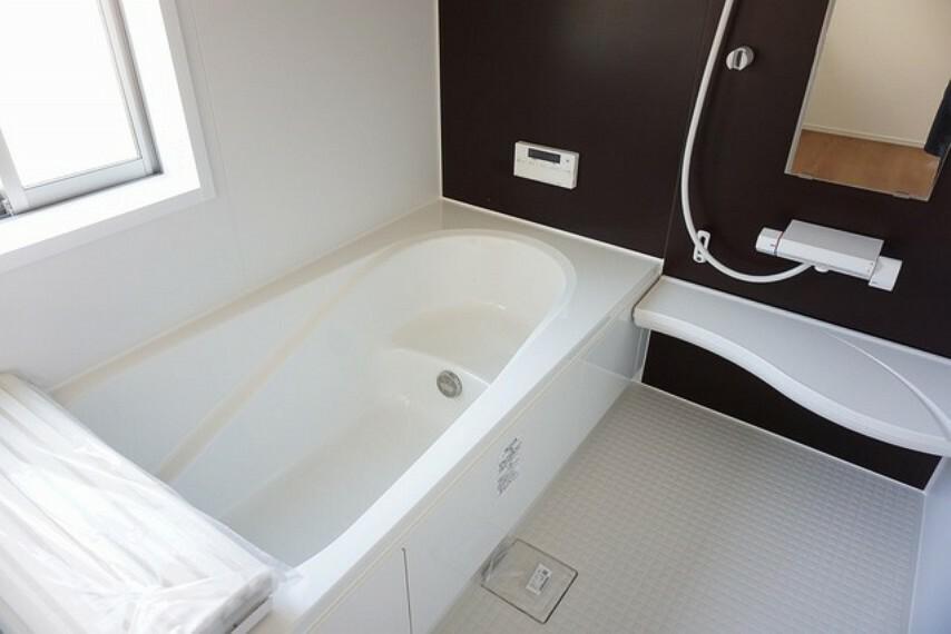 浴室 同仕様写真。1日の疲れを癒すくつろぎのバスルーム。足を伸ばしてもゆったりと入れるサイズです。お子様と一緒にお風呂に入っても狭くないですね。