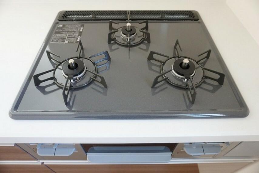 キッチン 同仕様写真。3種類の料理が同時に調理できる、3口ガスコンロ。忙しい夕食の支度時間が短縮できて嬉しいですね。